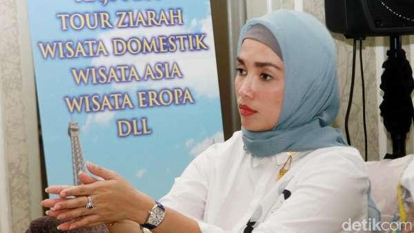 Ussy Sulistiawaty Tampil Berhijab Jelang Umrah