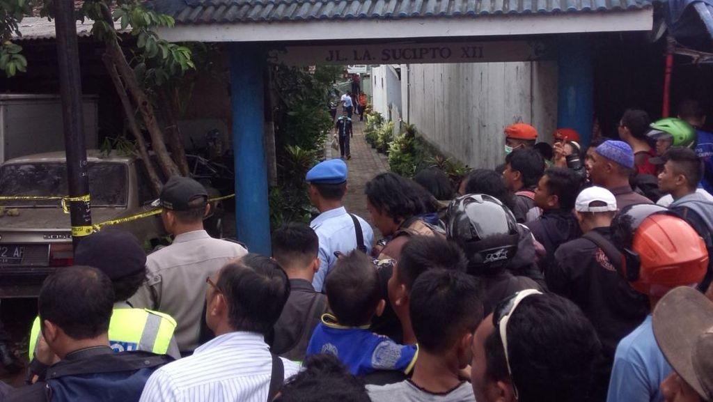 Meski Diusir, Ratusan Orang Tetap Sesaki Lokasi Jatuhnya Pesawat
