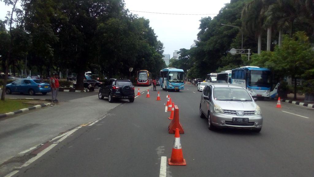 Contraflow Bikin Jl Depan Istana Tak Macet Meski Ada Demo Tenaga Honorer