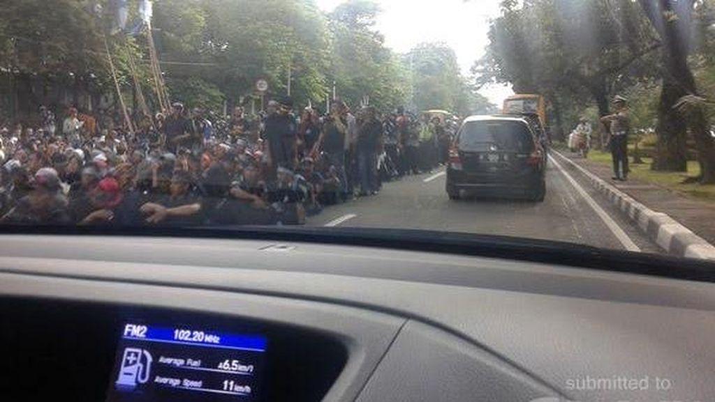 Ribuan Tenaga Honorer Long March Menuju ke Istana, Macet Terjadi di Seputaran Monas