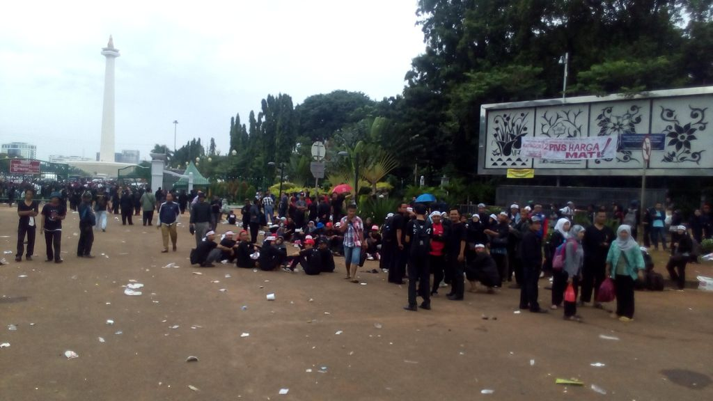 Ribuan Tenaga Honorer Membubarkan Diri dari Depan Istana, Besok Lanjut Lagi