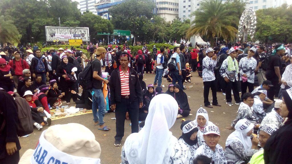 Ribuan Tenaga Honorer Masih Bertahan di Depan Istana, Tuntut Status PNS