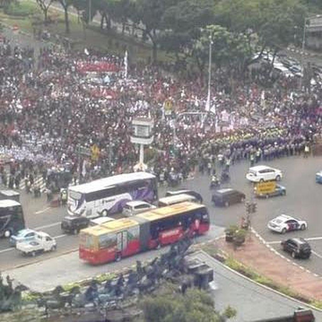 Penampakan Ribuan Tenaga Honorer Tumplek di Patung Kuda dari Gedung Tinggi