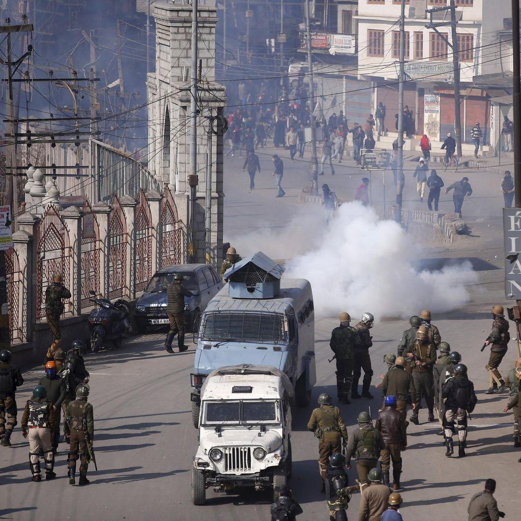 Polisi India Punya Senjata Baru: Ketapel Bubuk Cabai