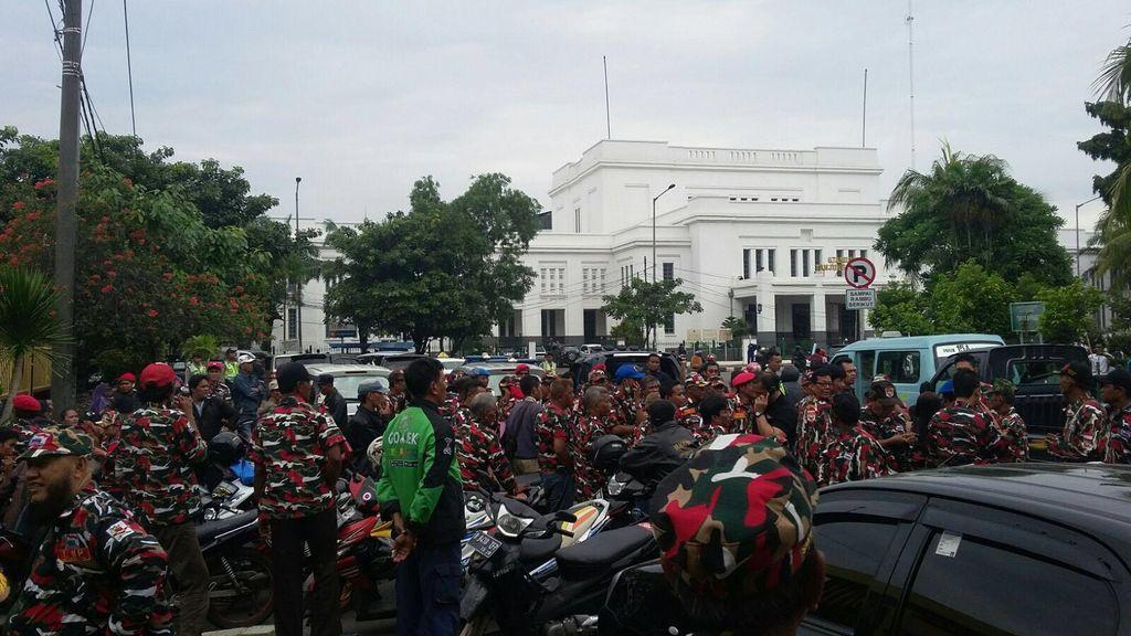 Ratusan Orang Demo di Depan Kejari Jakut, Lalin ke Terminal Tj Priok Macet