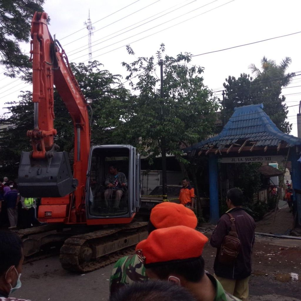Evakuasi Puing Pesawat, Ekskavator Robohkan Gapura Gang