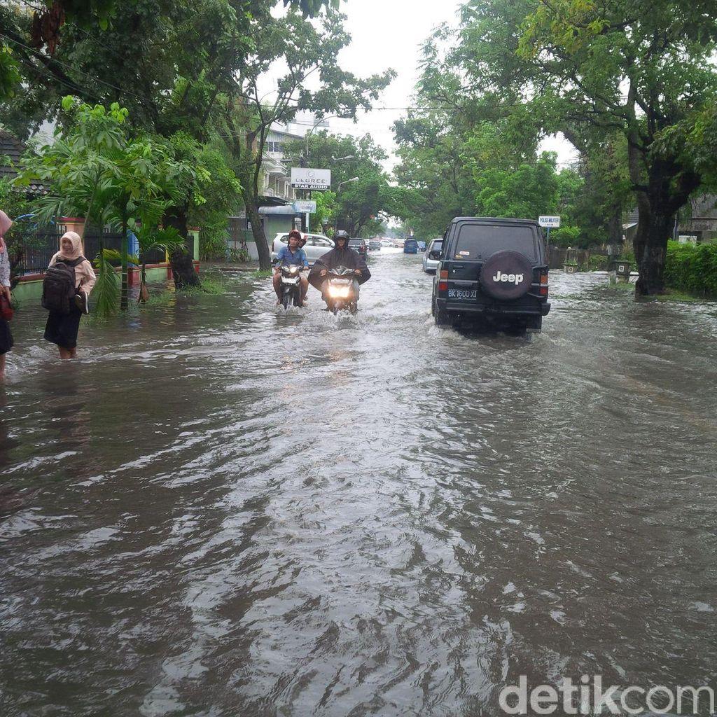 Hujan Lebat Sebabkan Genangan Air dan Pohon Tumbang Timpa Rumah di Medan