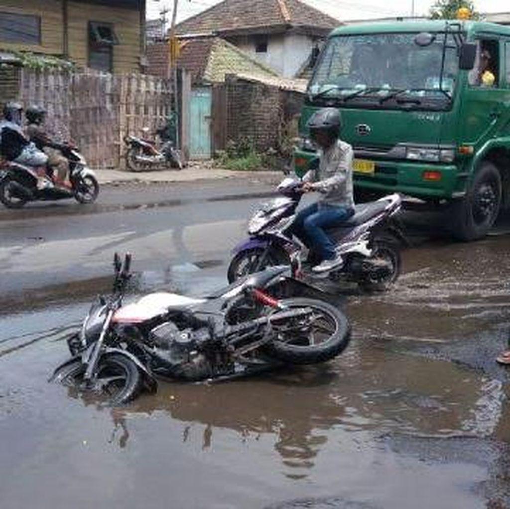 Banyak Lubang Jalan Terbentuk Akibat Genangan Air Hujan