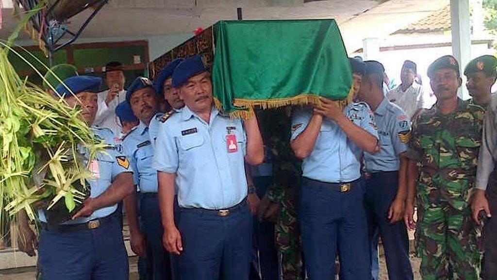Prajurit dan Pejabat TNI AU Antar Jenazah Nurcholis ke Pemakaman