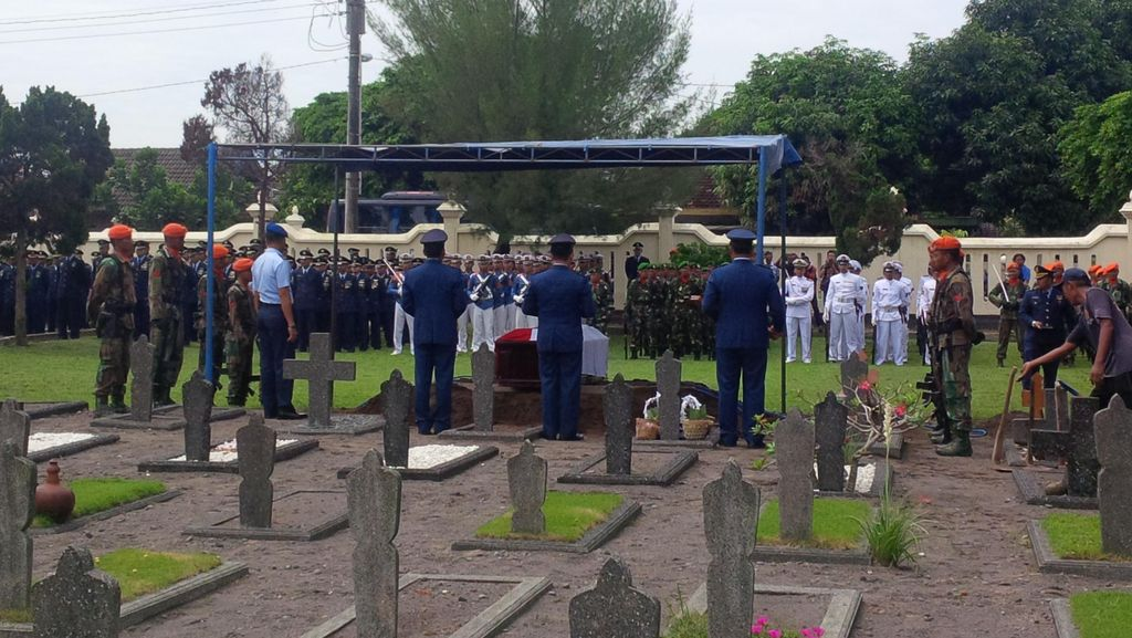 Tembakan Salvo Iringi Pemakaman Mayor Pnb Ivy