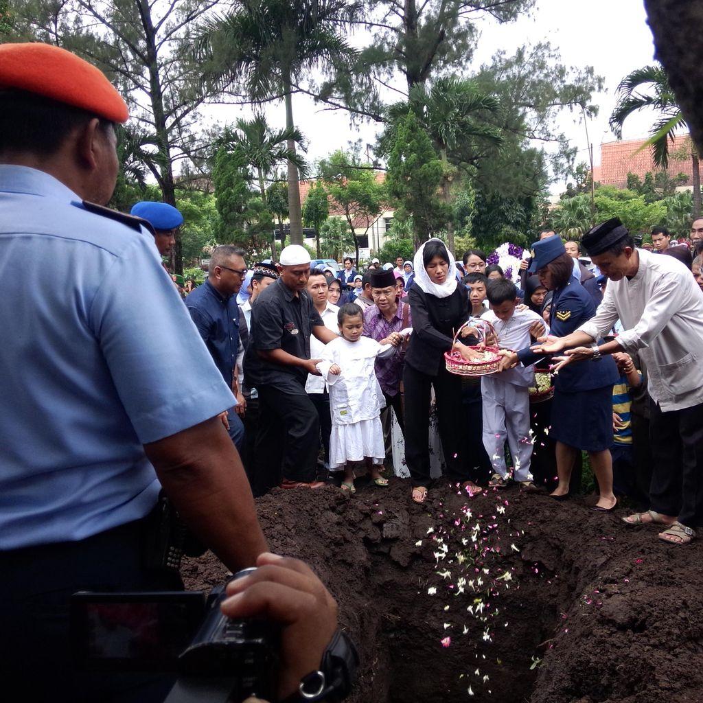 Tangis Haru di Pemakaman Teknisi Serma Syaiful di TMP Malang