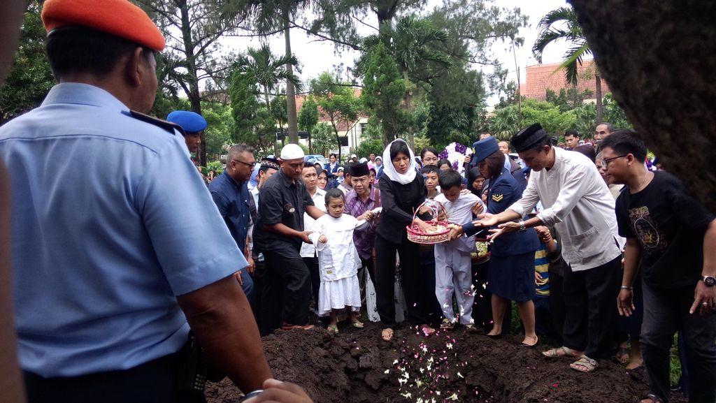 Tangis Haru Iringi Pemakaman Teknisi Serma Syaiful di TMP Malang