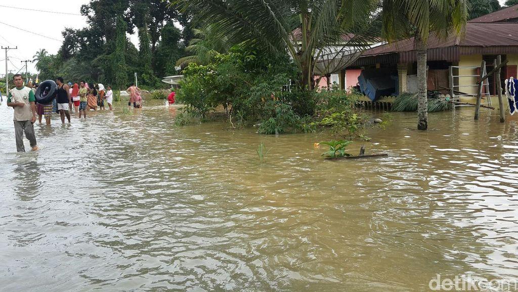 Derita 800 KK di Kampar Riau setelah 5 Hari Terisolasi karena Banjir