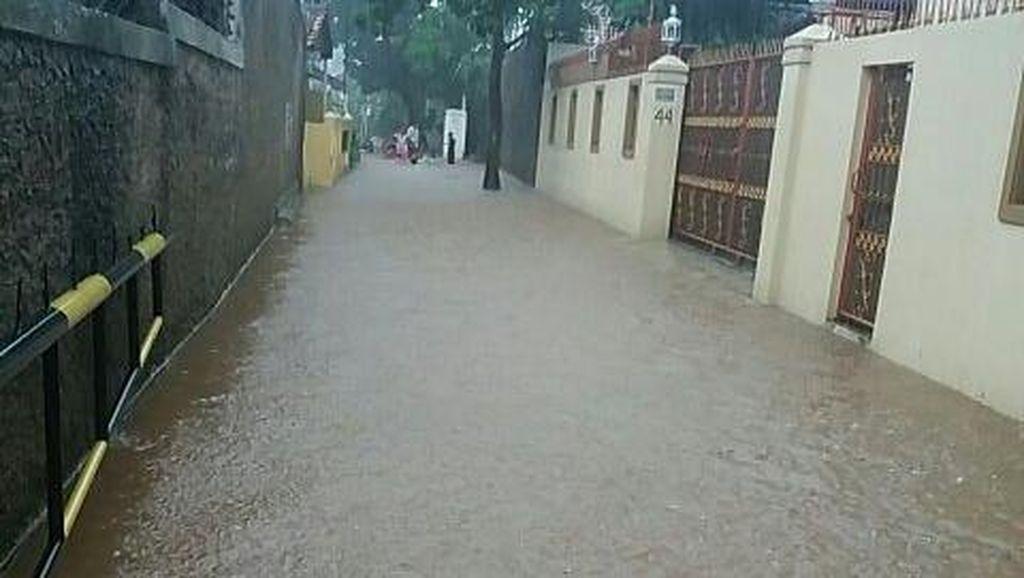 Ada Tanggul Jebol, Sebagian Wilayah Ciganjur Banjir