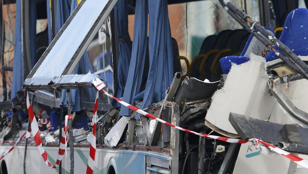 Bus Sekolah Tabrak Truk, 6 Anak Tewas