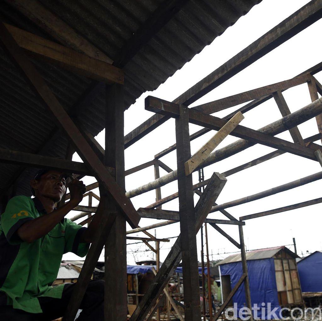 Warga Kampung Bandan Dirikan Bangunan di Bekas Kebakaran