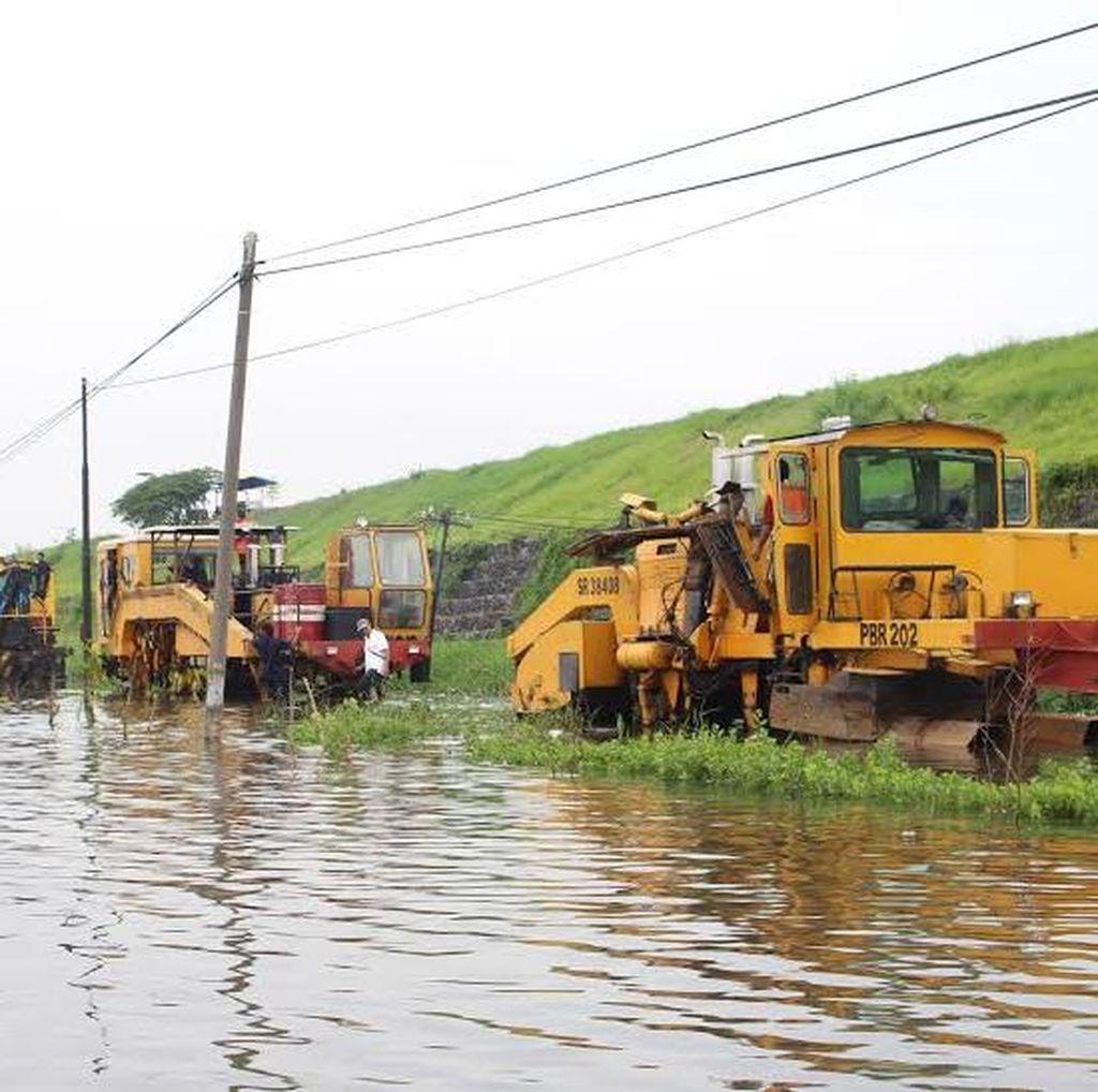 Rel Kereta di Porong Terendam Banjir Ditinggikan