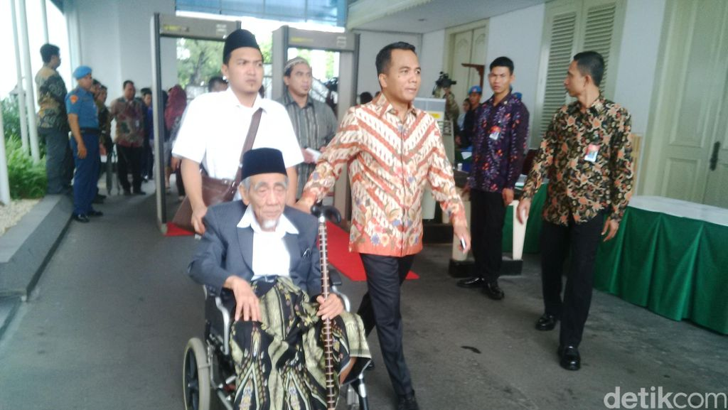 Sesepuh PPP Mbah Moen Temui Presiden Jokowi di Istana Merdeka