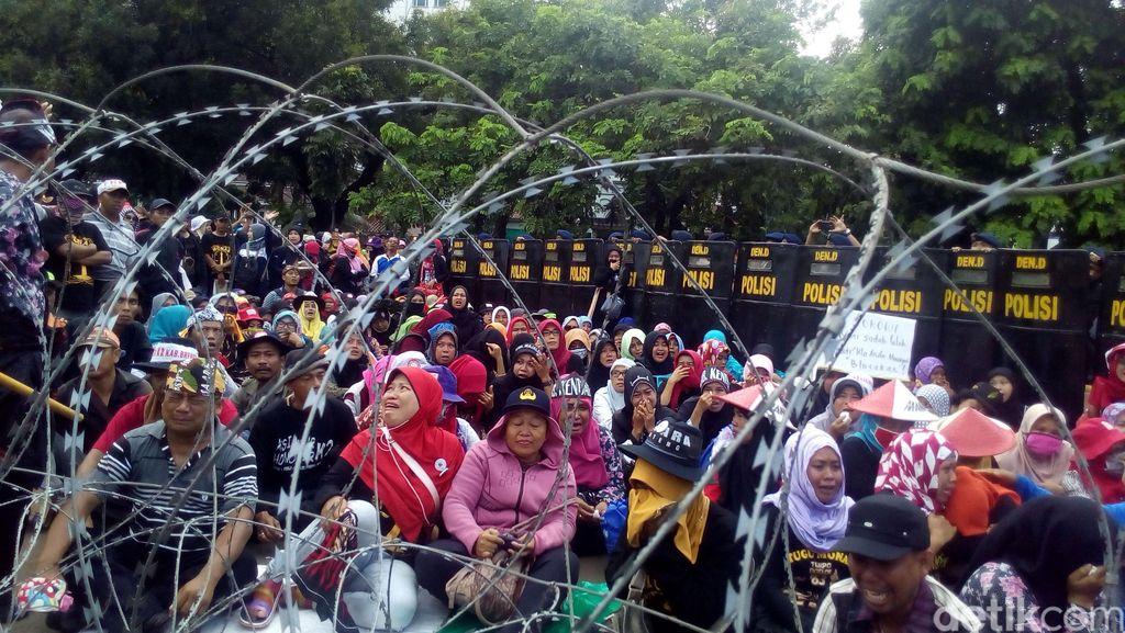 Guru Honorer Kembali Demo di Depan Istana, Lalin Macet