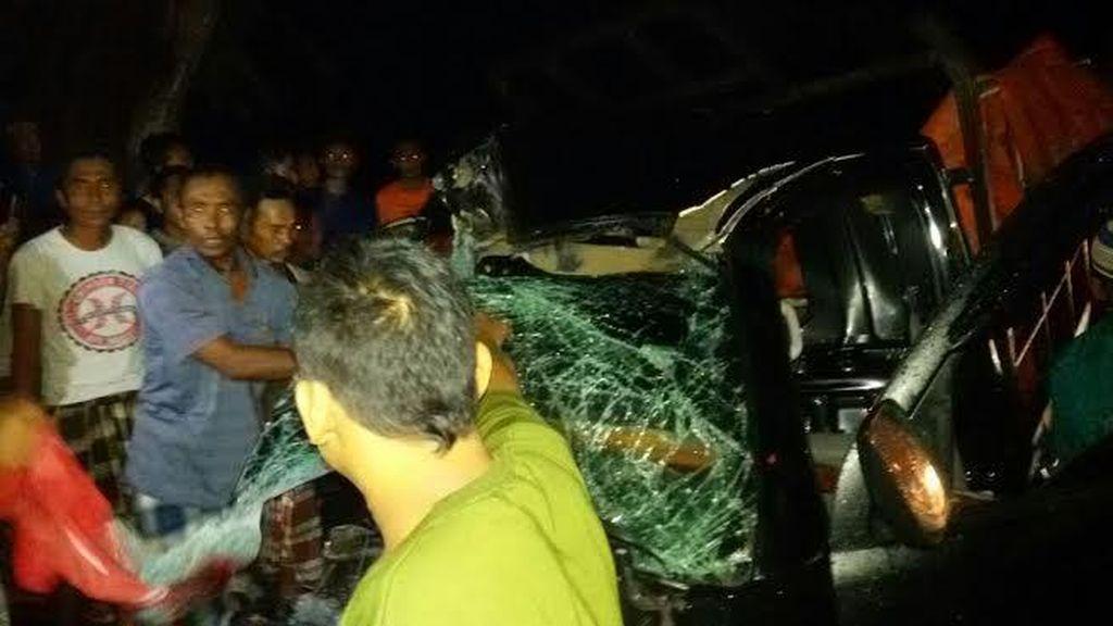 Pick Up Vs Truk di Pantura Situbondo, Sopir Tewas Terjepit