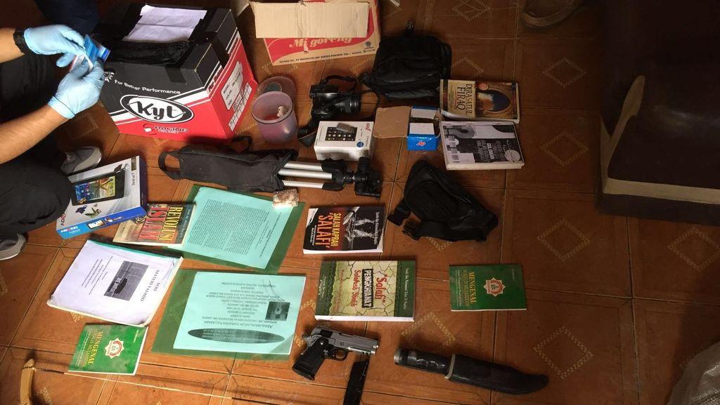 2 Terduga Teroris Diringkus di Karawang, ini Barang Bukti yang Disita