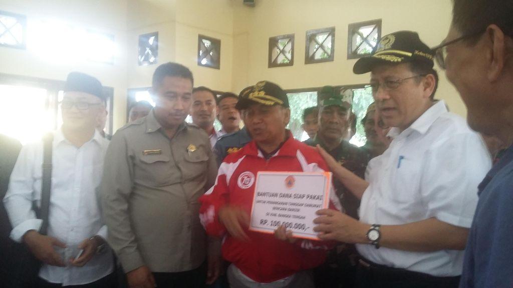 Tinjau Korban Banjir di Bangka, Ketua DPD Serahkan Bantuan Rp 100 Juta