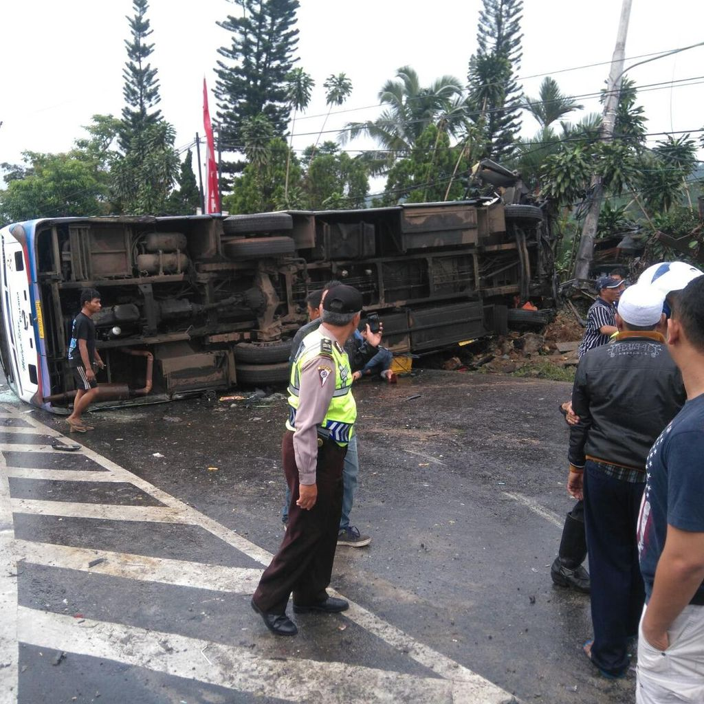 Diduga Rem Blong, Bus Pariwisata Tabrak 6 Kendaraan di Jalan Raya Puncak