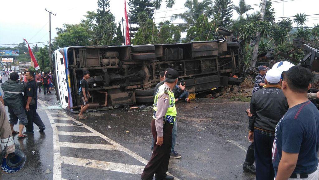 Kecelakaan Beruntun di Puncak, Sopir Bus Pariwisata dan Sopir Truk Tewas
