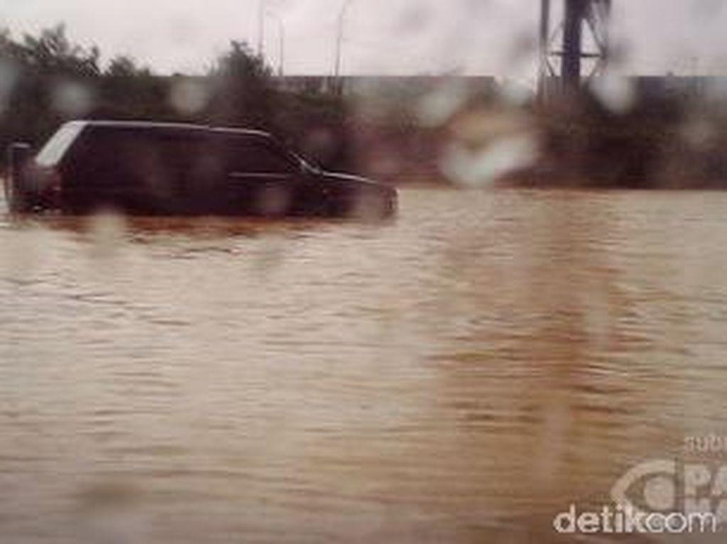 Hujan Deras di Tol Cikampek Sebabkan Kemacetan dan Genangan 30 cm