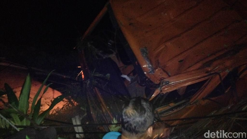Truk Tabrak Tiang dan Masuk Jurang di Semarang, 1 Orang Tewas