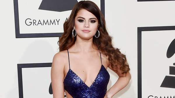 Dazzling... Selena Gomez Tak Kalah Seksi dari Taylor Swift