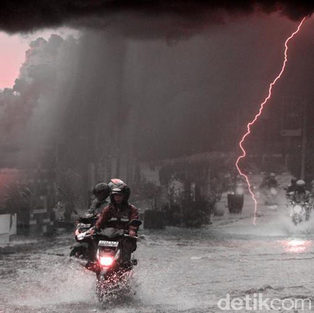 Hujan Deras, Papan Reklame Rubuh di Kemang Jakarta Selatan