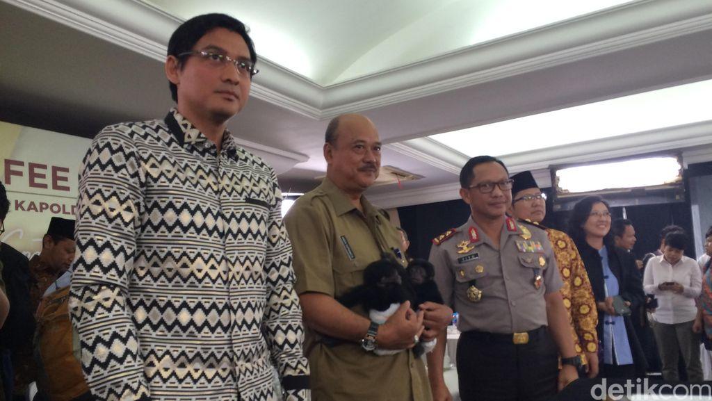 Anggota DPR Lucky Hakim Serahkan 2 Anak Siamang ke BKSDA
