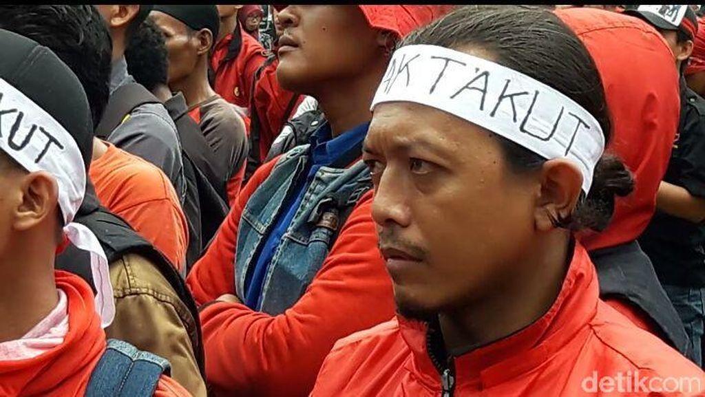 Puluhan Buruh Demo di Polda Metro, Minta 2 Pengacara LBH Dibebaskan
