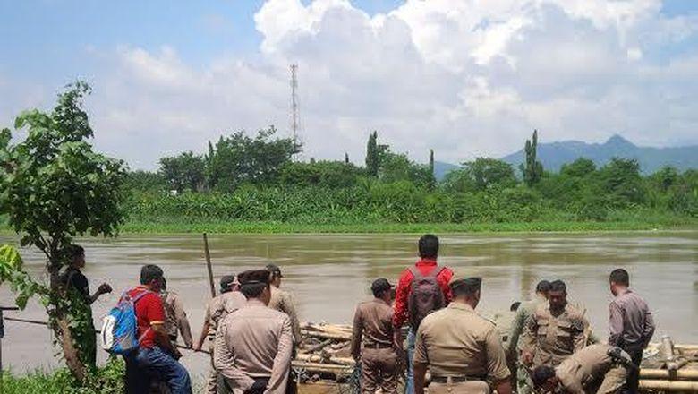Petugas Gabungan di Kediri Hanyutkan dan Bakar Perahu Penambang Liar