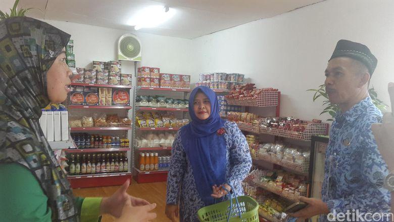 Ketua LSM Hijau Lestari (kiri) sedang berbincang dengan pembeli di HL Ecomart