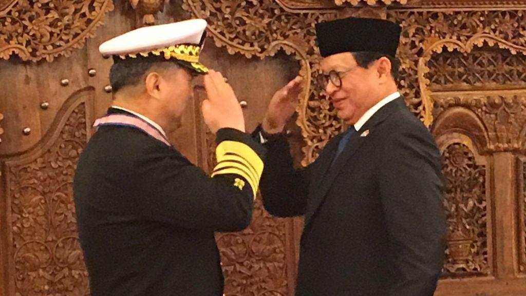 Laksamana Jung Ho-Sub Terima Bintang Kehormatan dari Jokowi