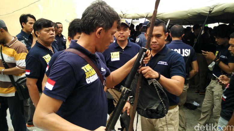 Polisi Temukan 400 Anak Panah di Kafe Daeng Aziz, Diduga untuk Serang Aparat