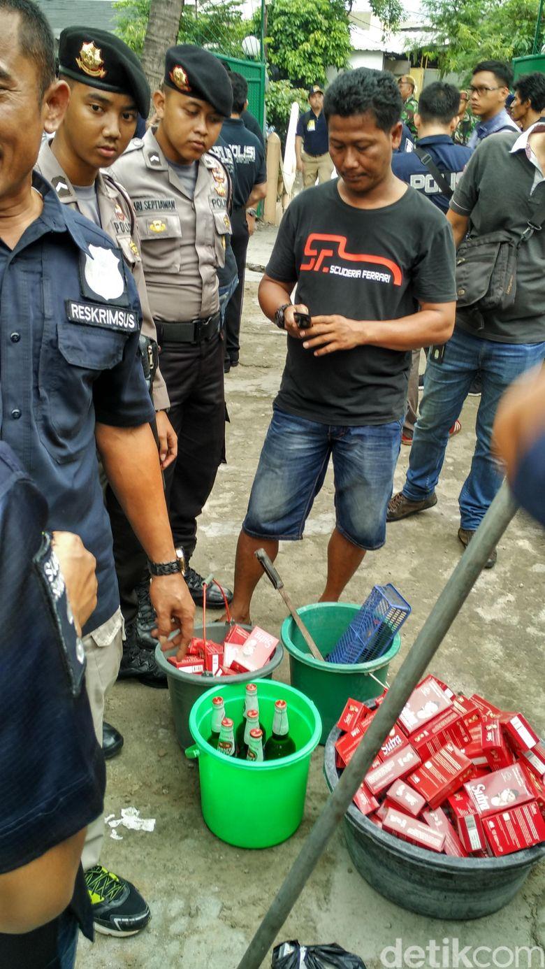 Penemuan di Kafe Kalijodo Mulai dari 2 Ember Kondom hingga Poster Bugil