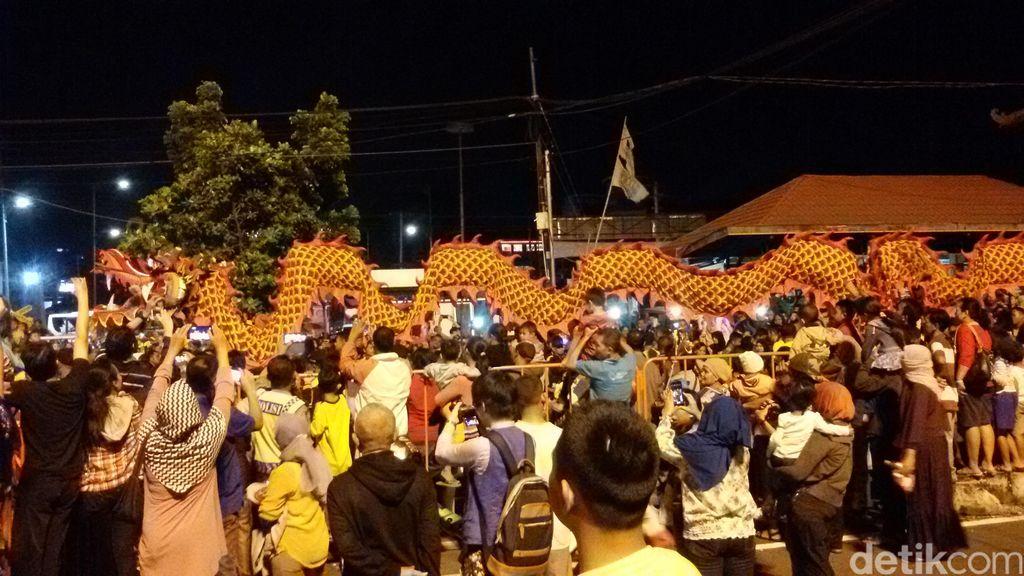 Ribuan Warga Yogya Padati Karnaval Naga Batik Raksasa di Malioboro