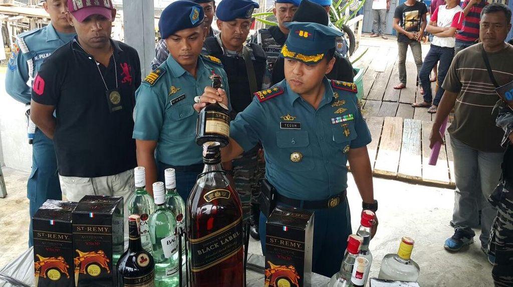 TNI AL Tangkap 5 Orang Penyelundup Miras Rp 2 Miliar dari Malaysia
