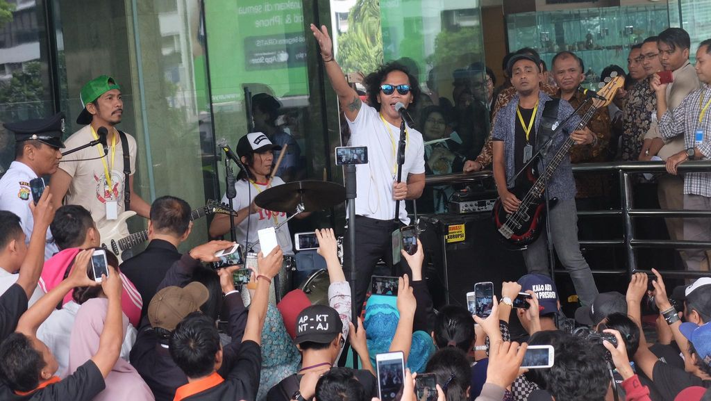 Konser di Lobi KPK, Slank Lantunkan Lagu Seperti Para Koruptor