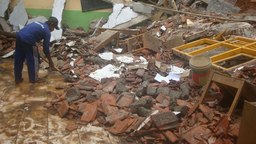Puting Beliung Robohkan SMK di Bogor, 8 Orang Luka-Luka