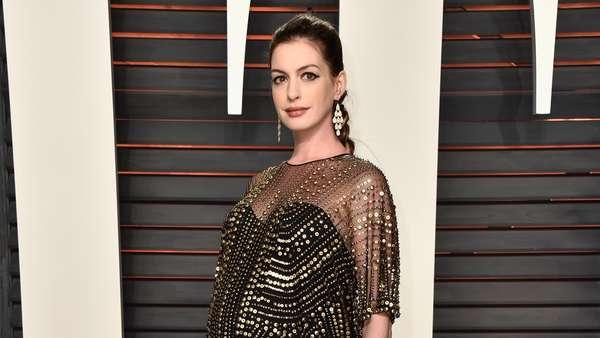 Hamil Tua, Anne Hathaway Menawan di Pesta Oscar Vanity Fair