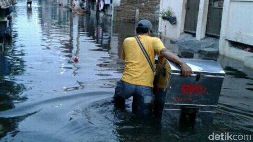 Banjir Masih Genangi 5 RW di Cengkareng Barat