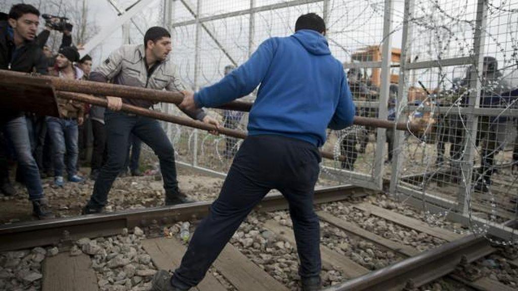 Migran Dobrak Pagar Macedonia di Perbatasan Yunani
