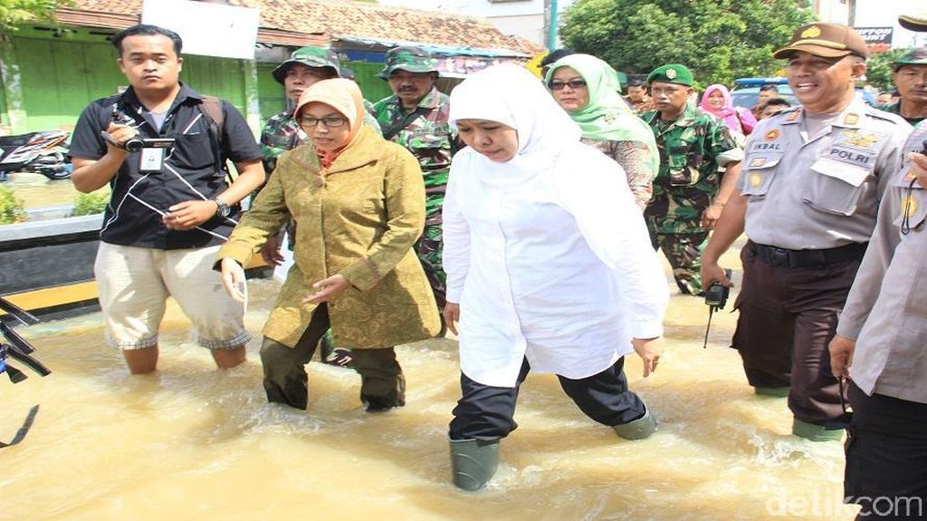 Mensos Serahkan Bantuan Dapur Umum dan Matras ke Korban Banjir Sampang