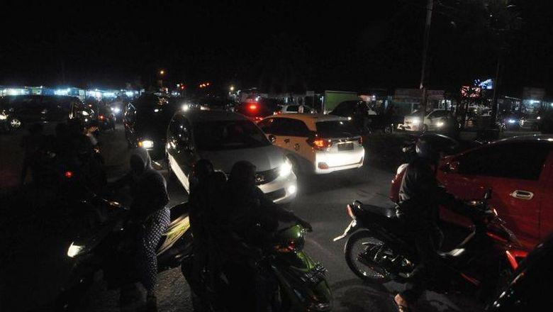 Warga Padang Patroli Tengah Malam Jaga Rumahnya dari Gempa Susulan