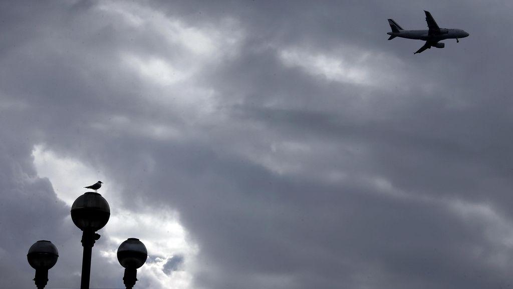 Bruuk! Pintu Pesawat Cesna Timpa Rumah Warga di Ciganjur, Tak Ada Korban Jiwa