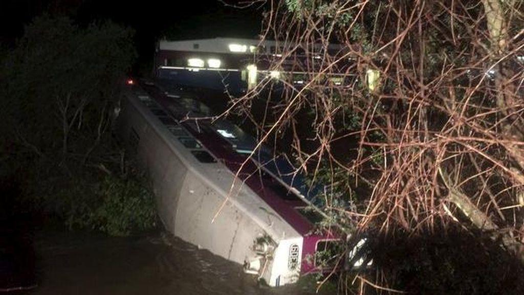 Kereta Anjlok Hingga Masuk Sungai di California, 14 Penumpang Luka-luka
